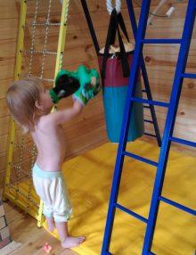 детская боксёрская груша с перчатками